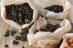 Diversas clases de té en bolsas de papel Imagen de archivo libre de regalías