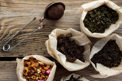 Diversas clases de té en bolsas de papel Foto de archivo