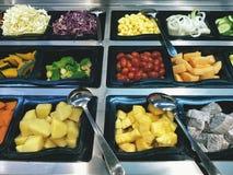Diversas clases de verduras en bandejas de bufete de ensaladas Fotografía de archivo libre de regalías