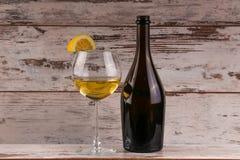 Diversas clases de vino, de uvas y de dos vidrios del vino blanco Foto de archivo