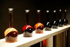 Diversas clases de vino en botellas especiales Foto de archivo