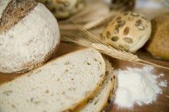 Diversas clases frescas de pan con la pista amarga y del trigo Foto de archivo