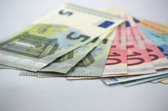 Diversas contas do euro em uma tabela branca foto de stock
