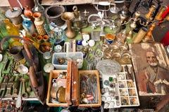 Diversas cosas para la venta en un mercado de pulgas Imagen de archivo