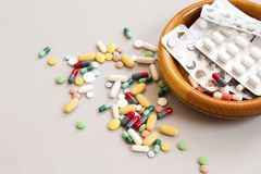 Diversas drogas, tabletas y agujas, fondo imágenes de archivo libres de regalías