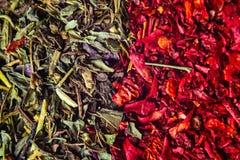 Diversas especias coloridas cercanas encima de fondo foto de archivo