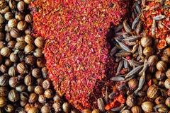 Diversas especias coloridas cercanas encima de fondo foto de archivo libre de regalías