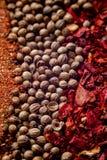 Diversas especias coloridas cercanas encima de fondo imagenes de archivo