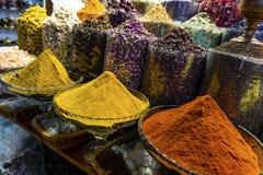 Diversas especias coloridas en el souk del mercado de la especia en Dubai viejo fotos de archivo libres de regalías