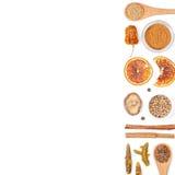 Diversas especias e hierbas en el fondo blanco Visión superior imagen de archivo libre de regalías