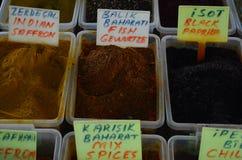 Diversas especias en cajas plásticas en el pavo Antalya del bazar Imagen de archivo