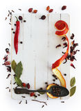 Diversas especias en un tablero de madera blanco Foto de archivo