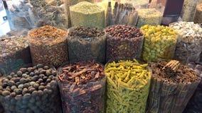 Diversas especias mostradas en un mercado chiles y canela imagen de archivo