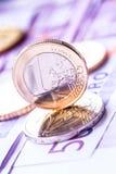 Diversas 500 euro- cédulas e moedas são adjacentes Foto simbólica para o wealt Imagem de Stock Royalty Free