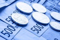 Diversas 500 euro- cédulas e moedas são adjacentes Foto simbólica para o wealt Moeda do Euro que equilibra na pilha com fundo do  Foto de Stock