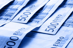 Diversas 500 euro- cédulas e moedas são adjacentes Foto simbólica para o wealt Moeda do Euro que equilibra na pilha com fundo do  Imagens de Stock