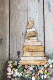 Diversas figuras y letras de la madera de deriva y piedras coloreadas en un fondo gris de madera simple Visión superior Imagenes de archivo