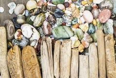 Diversas figuras y letras de la madera de deriva y piedras coloreadas en un fondo gris de madera simple Visión superior Fotografía de archivo