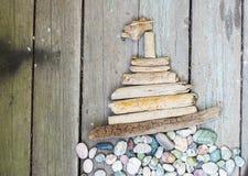 Diversas figuras y letras de la madera de deriva y piedras coloreadas en un fondo gris de madera simple Visión superior Imagen de archivo libre de regalías