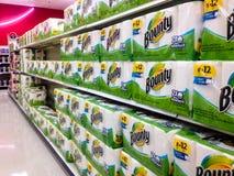 Diversas fileiras das toalhas de papel da recompensa em uma loja Foto de Stock