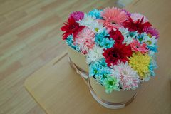 Diversas flores en muchos colores brillantes en un ramo mezclado del corazón Imágenes de archivo libres de regalías