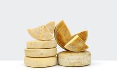 Diversas formas de queso en la tabla blanca Fotos de archivo