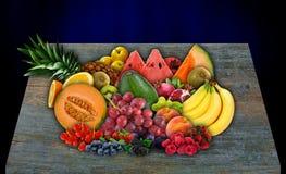 Diversas frutas con diversos texturas y colores en una tabla de madera Foto de archivo libre de regalías
