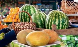 Diversas frutas en contador del mercado Foto de archivo