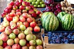 Diversas frutas en contador español del mercado Foto de archivo