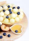 Diversas frutas en la placa. Melón, arándanos Imagen de archivo libre de regalías