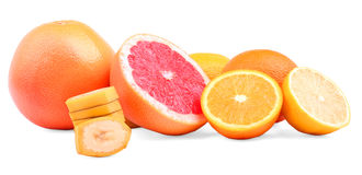 Diversas frutas en un fondo blanco Pomelos rojos, naranjas exóticas y plátanos, limones sanos Frutas cítricas de restauración Fotografía de archivo