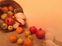 Diversas frutas en una cesta Foto de archivo libre de regalías