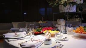 Diversas frutas frescas en la tabla de comida fría de la boda Frutas y bayas que se casan la decoración de la tabla Casandose, Añ almacen de metraje de vídeo