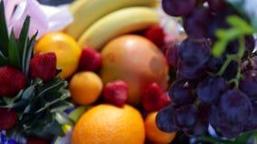 Diversas frutas frescas en la tabla de comida fría de la boda Frutas y bayas que se casan la decoración de la tabla Decoración de almacen de video
