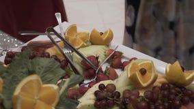 Diversas frutas frescas en la tabla de comida fría de la boda Frutas y bayas que se casan la decoración de la tabla Fruta de la r metrajes
