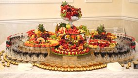 Diversas frutas frescas en la tabla de comida fría de la boda Frutas y bayas que se casan la decoración de la tabla Fruta de la r almacen de video