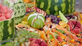 Diversas frutas frescas en la tabla de comida fría de la boda Frutas y bayas que se casan la decoración de la tabla Fruta de la r almacen de metraje de vídeo