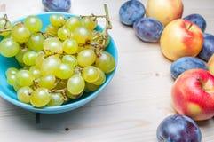 Diversas frutas frescas en la tabla de madera imagen de archivo