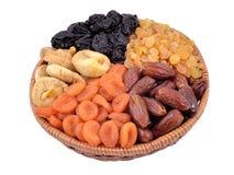 Diversas frutas secadas en cuenco de mimbre Foto de archivo