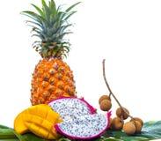 Diversas frutas tropicales en hoja de palma verde Imagen de archivo