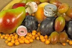 Diversas frutas y centímetros Imagenes de archivo