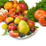 Diversas frutas y verduras en un primer blanco del fondo Imágenes de archivo libres de regalías