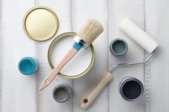 Diversas fuentes de la pintura en la tabla de madera blanca Fotos de archivo libres de regalías