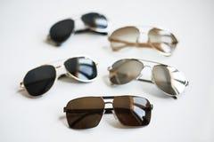 Diversas gafas de sol de moda elegantes aisladas en el fondo blanco imagen de archivo