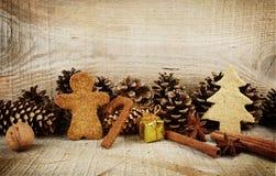 Diversas galletas del pan de jengibre de la Navidad con el paisaje del regalo de madera Foto de archivo