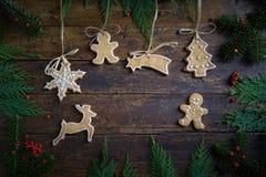 Diversas galletas para los niños con símbolos de la Navidad en su ENV Fotos de archivo libres de regalías