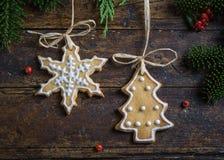 Diversas galletas para los niños con símbolos de la Navidad en su ENV Foto de archivo