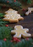 Diversas galletas para los niños con símbolos de la Navidad en su ENV Imagenes de archivo