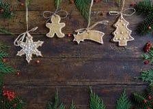 Diversas galletas para los niños con símbolos de la Navidad en su ENV Imágenes de archivo libres de regalías