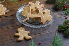 Diversas galletas para los niños con símbolos de la Navidad en su ENV Fotos de archivo